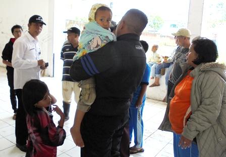 "Kepala Bidang Perumahan pada ""Dinas Tata Ruang dan Pemukiman"" (Distarkim), Miman Sampaikan Pengarahan Pada Para Pengungsi di Rusunawa."