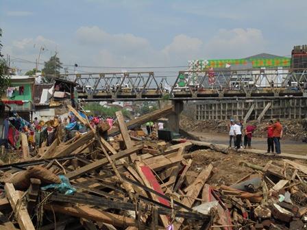 Kemacetan Arus Lalu-lintas Juga Diperparah Banyaknya Warga Menonton di Lokasi Bencana.