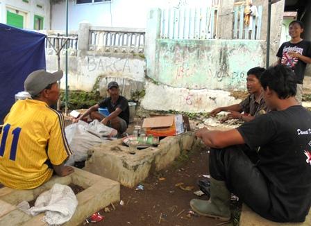 Menggelar Posko Dapur Umum di Kuburan di Kampung Sindangheula Sukamantri Garut Kota.
