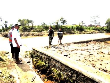Wakil Bupati Garut, Helmi Budiman Tinjau Lokasi Banjir Bandang di Kampung Cimacan.