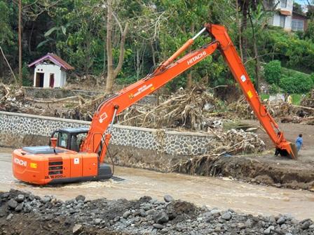 Menormalisasi Aliran Sungai Cimanuk.