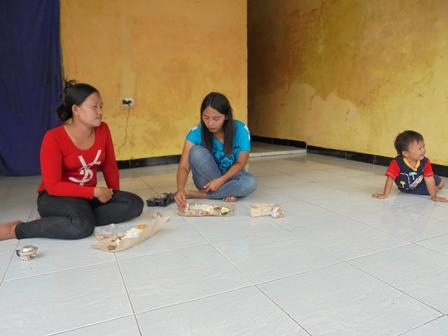 Korban Nikmati Nasi Bungkus dari Dapur Umum.