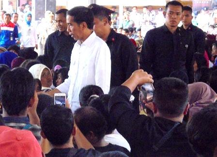 Presiden Joko Widodo Ditengah-tengah Korban Terdampak Amuk Sungai Cimanuk Garut, Jawa Barat.