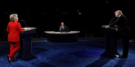 Kandidat Presiden AS Hillary Clinton dan Donald Trump berdebat di acara debat pertama Capres AS di Universitas Hofstra, Hempstead, New York, Selasa (27/9/2016) WIB. (AFP PHOTO).