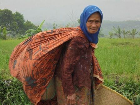 "Perempuan Tua Renta Ini Masih Produktif Jajakan ""Nyiru dan Boboko"" Layak Mendapatkan Zakat Untuk Kembangkan Usahanya. (Foto : John Doddy Hidayat)."