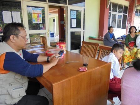 Petugas BPBD Garut di Lokasi Pengungsian Korban Terdampak Amuk Cimanuk.