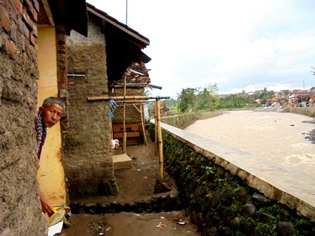 Padatnya Pemukiman Penduduk Nyaris Sepanjang Lintasan DAS Cimanuk.