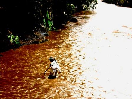 Lintasi Sungai Cimanuk.