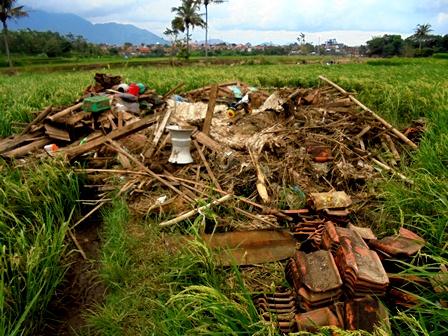 Sisa Puing Rumah Penduduk yang Tergerus Banjir, Kemudian Teronggok di Tengah Sawah.