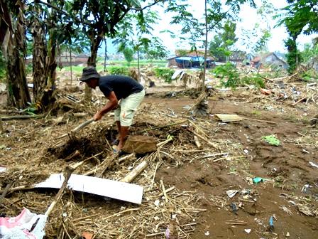 Seorang Korban Amuk Sungai Cimanuk Mengaku Berupaya Mencari STNK dan Dompetnya.