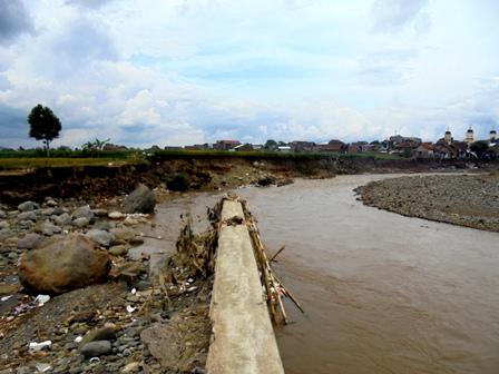 Terjangan Sungai Cimanuk Menjebol Tanggul Kemudian Melibas Kampung Kikisik.