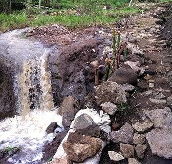 Banjir Gerus Ratusan Meter Jalan Lingkungan Juga Porak-porandakan Areal Persawahan.