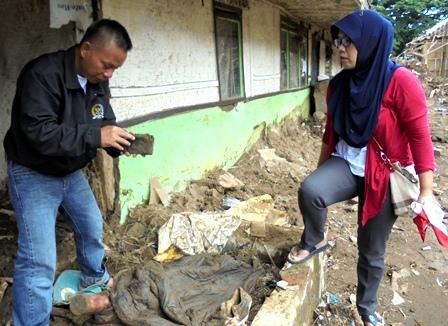 Memeriksa Seisi Dompet Miliknya yang Juga Dipenuhi Lumpur.
