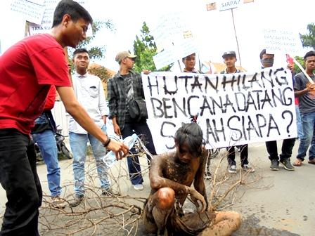 Theaterikal Pengunjukrasa. Kamis (06/10-2016), Desak DPRD Garut Turun Tangan Ikut Serta Mengusut Penyebab Kerusakan Hutan/Lingkungan.