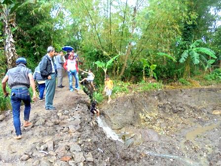 Lintasan jalan lingkungan sepanjang 600 meter dengan lebar 1,5 meter di Batugede atau Kampung Margarahayu Kelurahan Sukajaya Tarogong Kidul Garut. Terdapat sepanjang 200 meter di antaranya tergerus banjir sejak Selasa malam (20/09-2016). Bersamaan berlangsungnya terjangan amuk Sungai Cimanuk. Bahkan tak hanya jalan lingkungan yang porak-poranda. Melainkan areal persawahan potensial beririgasi teknispun seluas 1,5 hektare pun diluluh-lantakan luapan air, yang hingga kini masih digerus air deras. Rusaknya lintasan jalan lingkungan yang dibangun PNPM tersebut, menjadikan mobilitas 3.000 an penduduk RW. 12, 13 dan RW 16 terutama anak sekolah menjadi sangat terhambat. Padahal lintasan jalan itu, menghubungkan pula ke perkampungan penduduk Pasir Seah. Serta ke lokasi pemakaman Umum.