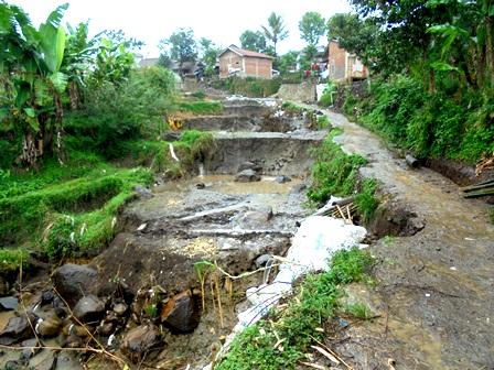Kerusakan Sawah Beserta Jalan Lingkungan di kelurahan Sukajaya Kecamatan Tarogong Kidul.