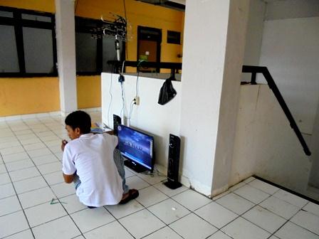 Pengungsi Siapkan Tontonan Layar Kaca Pesawat Televisi.