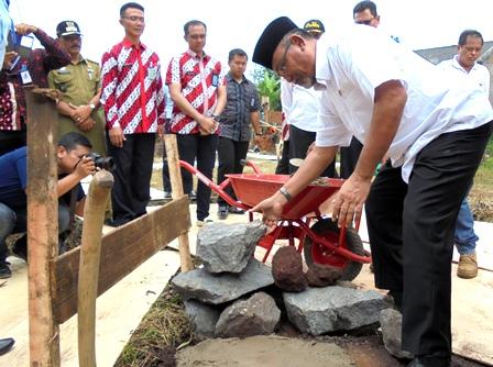 Dirjen Pemasyarakatan Kemenkumham, I Wayan K Dusak, Letakan Batu Pertama Pembangunan Sekolah Luar Biasa Dharma Karyadhika-16 di Kelurahan Jayawaras, Tarogong Kidul Garut.