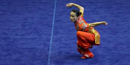 Atlet Wushu putri Jawa Barat, Monica Pransisca Sugianto bertanding pada PON XIX kategori chang quan di GOR Pajajaran, Bandung, Minggu (18/9/2016). Ia meraih medali emas PON XIX dengan nilai 9,53. (KOMPAS.com/ KRISTIANTO PURNOMO).