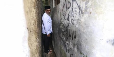 Melewati gang sempit di lingkungan pemukiman padat saat melakukan inspeksi lapangan di Kota Bandung. (Ridwan Kamil).