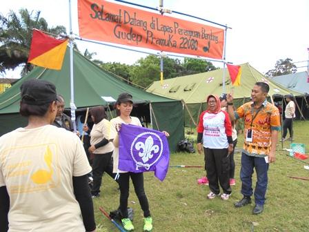 Syarpani (Mengenakan Batik), Ditengah Kesiapan Para Peserta Jambore.
