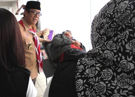 Menkumham Kunjungi Pemeriksaan Korban Bencana Sakit, di Pengungsian Rusunawa PU.