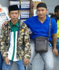 Bersama salah satu Pengurus GP Anshor Garut di Posko PCNU Garut. (Ist.).