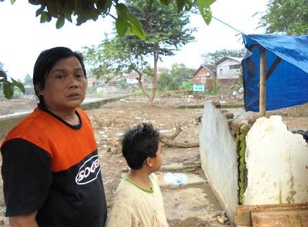 Penduduk Kampung Sanding Lebak, Kehilangan Rumah Digerus Amuk Sungai Cimanuk.