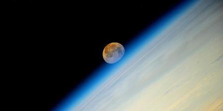 Supermoon diabadikan dari Stasiun Luar Angkasa Internasional (ISS) pada Senin (11/8/2014) dini hari. (Oleg Artemyev/Roscosmos).