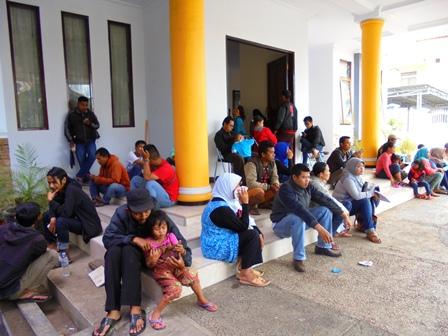 Masyarakat Mendaftarkan Pengurusan Akte Kelahiran, KTP Elektronik, dan Kartu Keluarga Antri di Pelataran Teras Rumdin Wabup Garut.