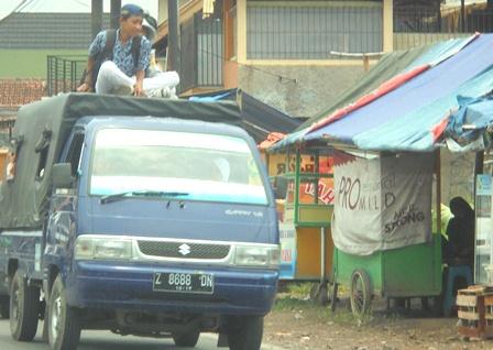 Kondisi Pelajar Garut Nikmati Moda Angkutan Pulang Pergi Sekolah.