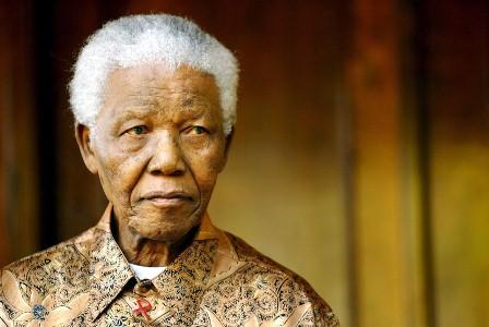 Nelson Mandela mengenakan batik saat diabadikan di pada tahun 2005. (EPA/STR).