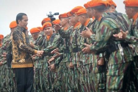 Presiden Joko Widodo (kiri) berjabat tangan dengan Prajurit Korps Pasukan Khas (Korpaskhas) TNI AU saat upacara pengarahan di Mako Paskhas Margahayu Kab.Bandung, Jawa Barat, Selasa (15/11). Antara/Yudhi Mahatma.