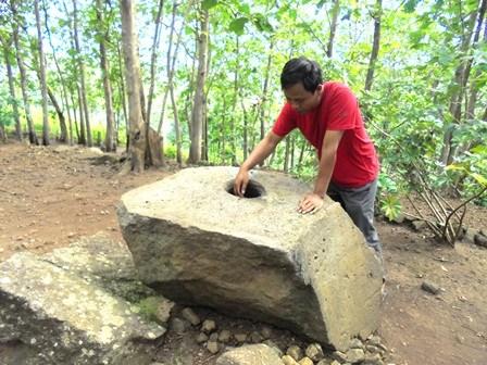 """Batu Lulumpang, Artefak Peninggalan Tradisi """"Megalitik""""."""