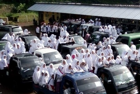 Santri Ponpes Miftahul Huda 2 bergerak menuju Masjid Agung Ciamis, Jawa Barat, Senin (28/11). Mereka akan menggelar aksi jalan kaki akibat tak adanya pengelola bus yang mengantarkan ke Jakarta guna mengikuti aksi bela Islam 2 Desember mendatang. (Republika/Rizky Suryandika).