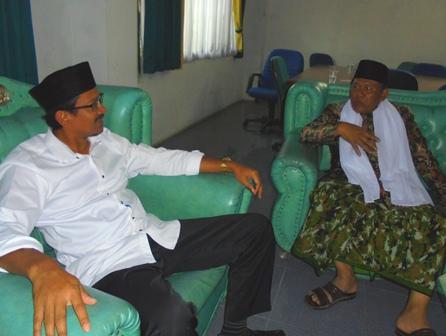 Helmi Berdialog dengan Ketua MUI Kabupaten Setempat.