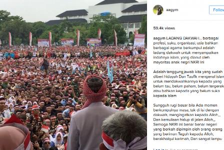 Penceramah Ustaz Abdullah Gymnastiar atau Aa Gym mengunggah foto saat berceramah di depan massa di Gedung Sate, Bandung, Jawa Barat, Rabu (30/11) di akun Instagram pribadinya.