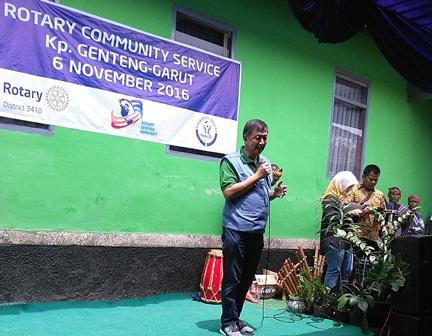Donatur pelaksanaan pembangunan sarana air bersih, Rotary Disaster Releaf Area Bandung. Tampak DJ Sudana, Ketua Rotary Club Indonesia Bag. Barat.