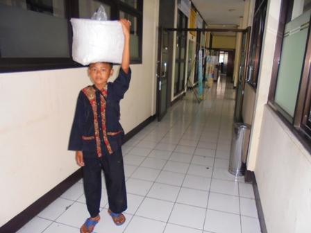 """Ilustrasi. Pelajar SD Ini """"Ikhlas"""" Memanfaatkan Wakyu Luangnya Menjajakan Jagung Rebus di Lingkungan Dinas Pendidikan Garut."""