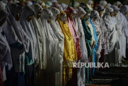 Ribuan warga melaksanakan Shalat Subuh Berjamaah di Masjid Pusat Dakwah Islam (Pusdai) Kota Bandung, Jawa Barat, Senin (12/12).  Republika/Raisan Al Farisi