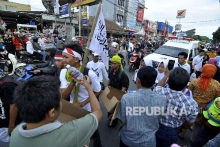 Sejumlah warga tengah memberikan minuman kepada rombongan peserta long march dalam aksi Bela Islam 212 Jilid III dari Ciamis yang bejalan kaki di Jalan Jend H. Amir Machmud, Kota Cimahi, Kamis (1/12).Republika.co.id