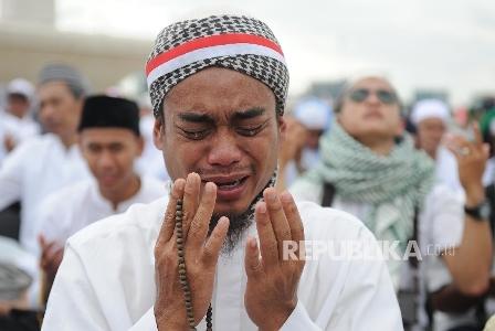 Umat muslim menangis saat berdoa di acara aksi damai di kawasan Monas, Jakarta, Jum'at (2/12). Satu Jumat di Monas 2 Desember 2016. (Republika/Edwin Dwi Putranto).