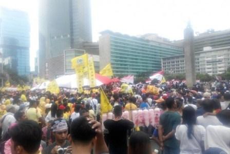 Massa aksi 412 dalam aksi kebhinnekaan terlihat menggunakan atribut partai di Bundaran HI, Jakarta, Ahad (4/12)./ Republika/Muhyiddin.