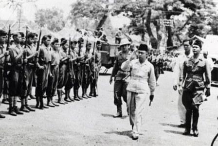 Wapres Mohamad Hatta memeriksa pasukan kehormatan di Linggarjati, Cirebon, 17 November 1946. (dok : Istimewa).