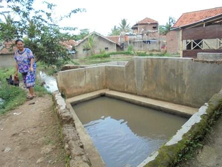 Sumber Air Selokan di Sukajaya Ini Terpaksa Kerap Digunakan Untuk Berwudhu.