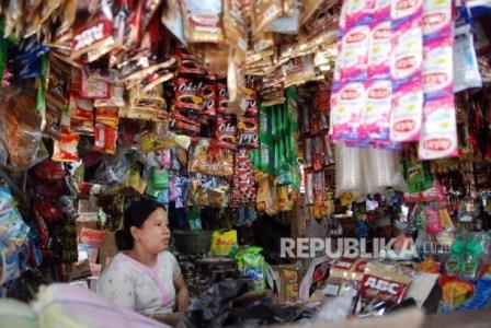 Belanja di warung kelontong. ( Republika/Wihdan Hidayat).