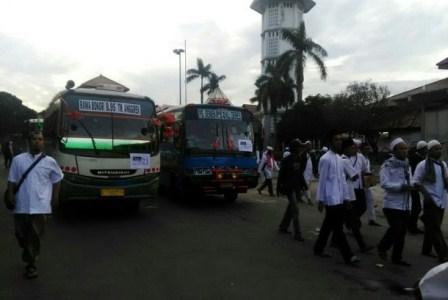 Massa aksi berangkat dengan puluhan bus, metromini, dan elf dari Islamic Center Kota Bekasi, Jum'at (2/12).