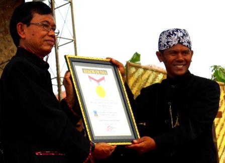 Kecamatan Selaawi/Pengrajin Bambu Berhasil Raih Pemecahan Rekor.