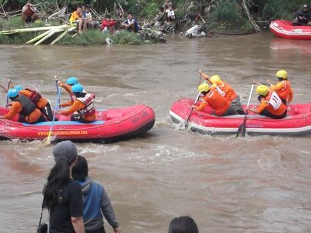 Ilustrasi. Lomba Arus Jeram Lintasi Sungai Cimanuk Garut, Jawa Barat.