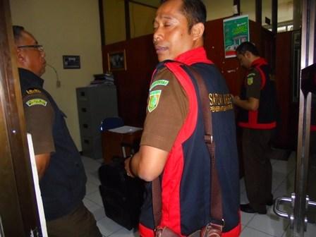 Tim Satuan Khusus Pemberantasan Korupsi dari Kejaksaan Negeri Kabupaten Garut  Ketika datangi Disdik Garut.